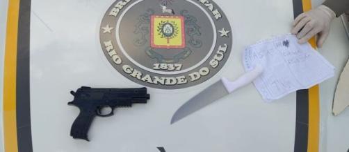 Cadeirante mudo tenta assaltar joalheria com arma de brinquedo. (Reprodução/Polícia Civil)