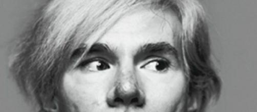 5 curiosità sul maestro della pop art Andy Warhol: viveva con 25 gatti siamesi.