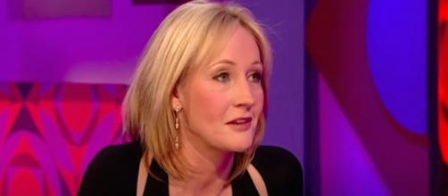 J.K Rowling sort un conte pour enfant. Credit : Capture/Friday Night Youtube