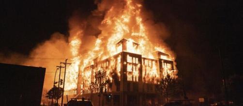Usa, morte George Floyd: incendiato il commissariato di Minneapolis.