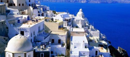 La Grecia riapre all'Italia, ma per quattro regioni saranno previsti test e quarantena obbligatori.