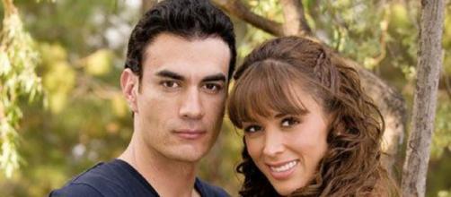 """David Zepeda e Jacqueline Bracamontes em """"Sortilégio"""". (Divulgação/Televisa)"""