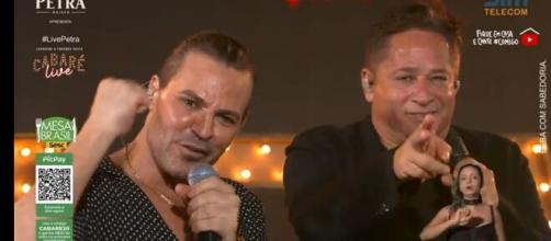 Eduardo Costa e Leonardo durante o show. (Reprodução/YouTube/Leonardo)