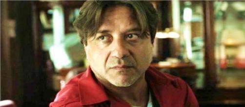 Ne 'La Casa di Carta' Enrique Arce interpreta Arturo Roman, ostaggio ed ex direttore della Zecca di Spagna.