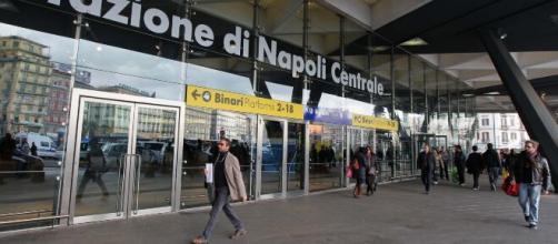 Stazione Centrale di Napoli, attesa per i treni dal Nord.