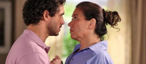 Guaracy (Paulo Rocha) em cena romântica com Griselda (Lilia Cabral) na novela reprisada na faixa das 21h. ( Reprodução/TV Globo )