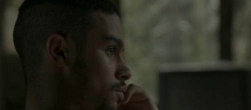 Jacaré mirar em Eliza para prejudicar Jonatas. (Reprodução/TV Globo)