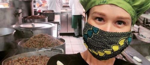 A atriz Mariana Ximenes está cozinhando marmitas para distribuição em hospitais de São Paulo. (Reprodução/Instagram/@marixioficial)