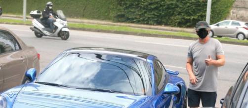 Boninho vai ao supermercado com carro de luxo e acaba chamando a atenção. (Arquivo Blasting News)
