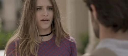 Cassandra vai falar mais do que deveria para Jonatas em 'Totalmente Demais'. (Reprodução/TV Globo)