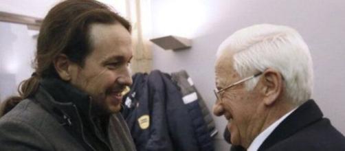 El padre Ángel saluda a Pablo Iglesias