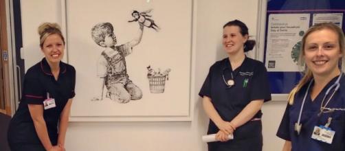 Enfermeras posan ante la obra de Banksy en el Hospital de Southampton.
