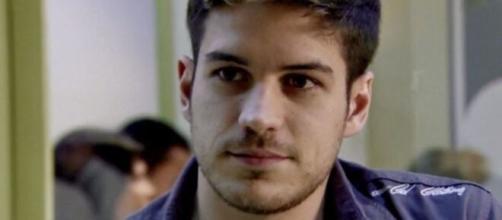 Rafael vai se safar de ser entregue por superfaturar peças de motos em 'Fina Estampa'. (Reprodução/TV Globo)