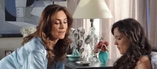 """Tereza Cristina (Christiane Torloni) serve café da manhã para Patrícia (Adriana Birolli) em """"Fina Estampa"""". ( Reprodução/TV Globo )"""