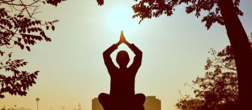 A Yoga é uma excelente ferramenta para o estresse, postura e força física. (Arquivo Blasting News)