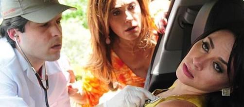 Tereza Cristina vê socorrista examinar Marcela baleada na novela. (Reprodução/TV Globo)