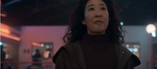 Eve é interpretada pela atriz Sandra Oh. (Reprodução/Youtube/BBC)
