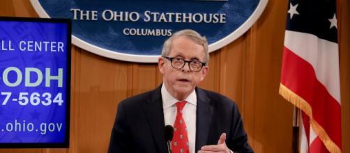 Gobernador de Ohio compareciendo ante los medios. Foto cortesia lavanguardiahoy.com