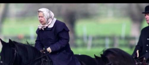 La reine Elisabeth II à cheval (image d'illustration, source : capture Youtube)