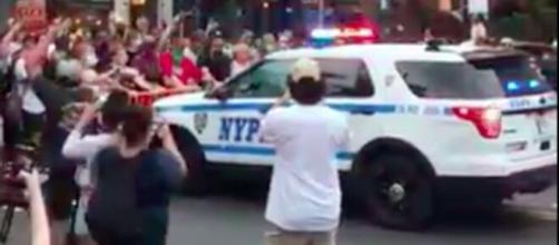 Une voiture de police fonce sur la foule à New-York - Capture d'écran vidéo Twitter