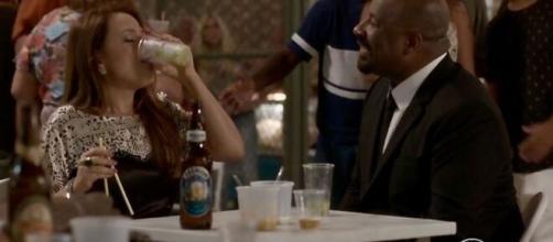 Lili ficará bêbada em Curirica, em 'Totalmente Demais'. (Reprodução/TV Globo)