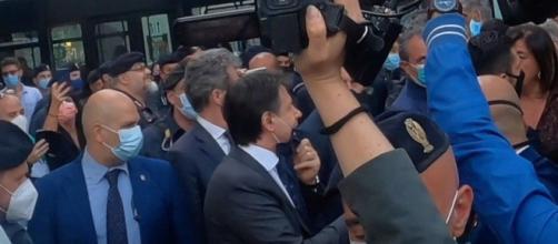 Giuseppe Conte contestato a Roma.