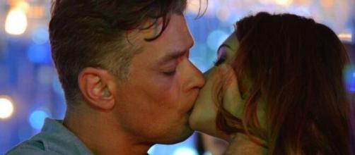 Eliza e Arthur irão se beijar para a ruiva treinar para uma prova do concurso 'Totalmente Demais'. (Reprodução/ TV Globo)