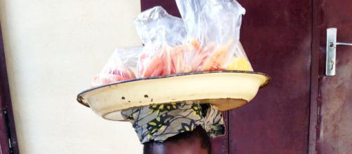 Un enfant vendeur de rue à Yaoundé.