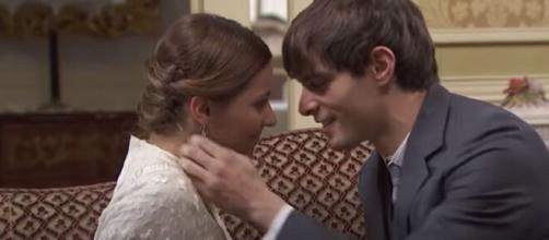 Una Vita trame spagnole: Emilio bacia con ardore Cinta.