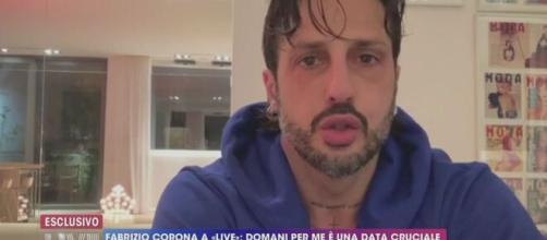 Fabrizio Corona manda un videomessaggio a Live - Non è la d'Urso.