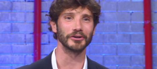 Stefano De Martino dimagrito e senza fede in Tv: la crisi con Belen Rodriguez continua.