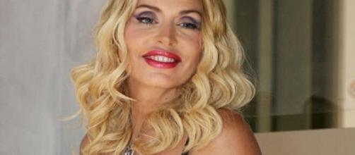 Valeria Marini canta il singolo 'Boom'.