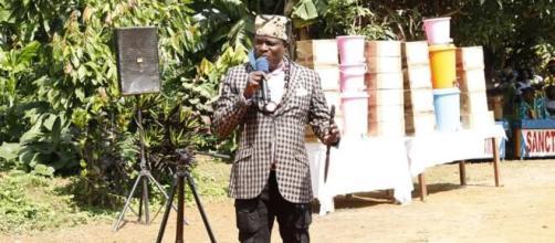 Atangana Manda Charles lors de la remise de don du matériel de lutte contre le Covid-19 (c) Atangana Manda