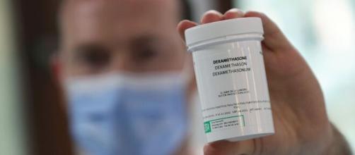 Farmacéutico muestra un frasco de Dexametasona, fármaco utilizado para reducir las muertes de la COVID-19