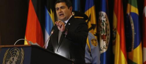 Conferencia magistral del Presidente de Honduras, Juan Orlando (Image via NBCNews/Youtube)