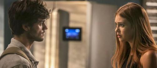 Eliza chora ao flagrar conversa do ex-namorado. (Arquivo Blasting News)