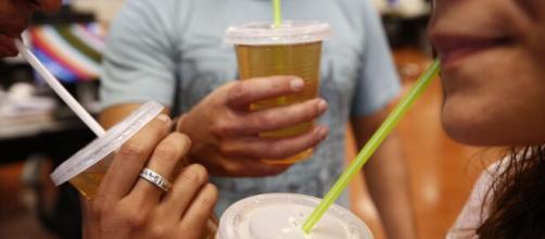 Las pajillas serán prohibidas y los vasos de plástico para el café se cobrarán