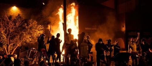 La stazione di polizia di Minneapolis incendiata dai manifestanti durante le proteste per la morte di George Floyd.