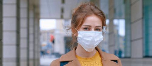 Le virus se propage avec les goutes de respiration. Credit: Pexels/Anna Shvets