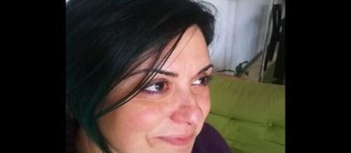 Stefania Piras, 43 anni, perde la vita cadendo dal balcone: stava scuotendo la tovaglia.