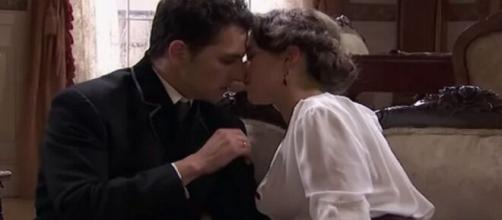 Una vita, trame Spagna: Genoveva tenta di far cadere Antonito tra le sue braccia.