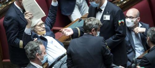 Vittorio Sgarbi portato via di peso dalla Camera dei Deputati: ha insultato Mara Carfagna e Giusi Bartolozzi.