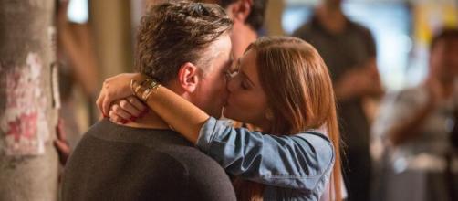 Eliza se declara para Arthur e os dois dão o primeiro beijo. (Arquivo Blasting News)
