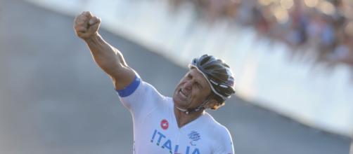 Alex Zanardi potrebbe aver perso il controllo dell'handbike a causa di una buca.