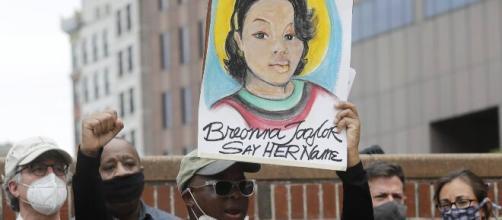 Manifestantes en las protestas pacíficas por la muerte de Breonna Tyler