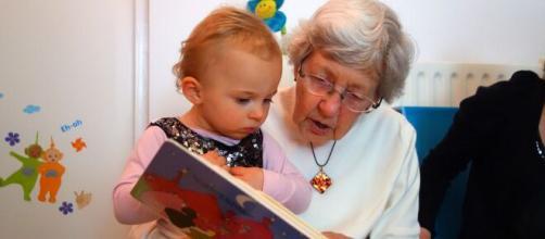 Bonus baby sitter anche ai nonni.