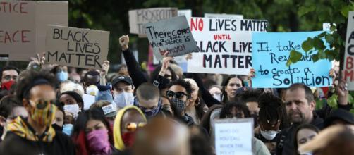 Negros e brancos americanos protestam contra morte de Floyd. (Arquivo Blasting News)