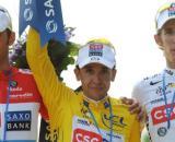 Carlos Sastre in mezzo ai fratelli Schleck al Tour de France 2008.
