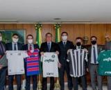 Presidentes dos clubes posaram para fotos junto com o presidente Bolsonaro. (Foto: Reprodução/ André Sicam)