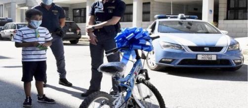 Brindisi, bambino derubato della sua bicicletta: la polizia gliene regala una tutta nuova.
